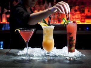 Drinki w barze.