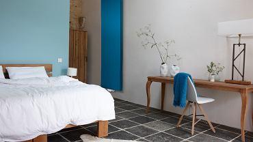 Elementy takie jak grzejniki, także mogą zdobić. W tej sypialni wprowadzono niebieski grzejnik, który świetnie uzupełnia aranżację.