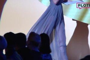 Agnieszka Cegielska stoi na scenie i m�wi takie rzeczy, �e a� trudno uwierzy�. Kto by s�ucha�? Popatrzcie na jej nogi i pup�!