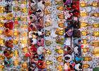 <b>Znamy finalistów konkursu dla najlepszych fotografów jedzenia. Wśród nagrodzonych prac znalazły się nie tylko ujęcia potraw, ale i takie, które poruszają różnorodne problemy społeczne i etyczne.</b> <br> <br> Food Photographer of the Year to konkurs, który od 2011 roku organizuje marka Pink Lady - producent jabłek. Konkurs uważany jest w branży za jedno z najważniejszych wydarzeń - nie tylko ze względu na wysokość nagród (ich łączna pula przekracza co roku kwotę 10 000 funtów), ale również na sam poziom zgłaszanych prac. <br> <br> Gala tegorocznej edycji konkursu odbyła się 24 kwietnia w Mall Galleries w Londynie. Spośród 8 400 zdjęć nadesłanych z ponad 60 krajów, jury musiało wyłonić wąskie grono zwycięzców. W tym roku, podobnie jak w roku ubiegłym, jury przyznawało nagrody w 25 kategoriach. Nowością był natomiast konkurs na najlepsze kulinarne wideo. <br> <br> Zwycięzcą w kategorii 'Jedzenie od święta' oraz całego konkursu został Noor Ahmed Gelal z Bangladeszu. Swoją fotografię zatytułował 'Praying with Food' ('Modlitwa z jedzeniem'). <br> <br> Autor tak opisuje to, co znajduje się na zdjęciu: 'Część społeczności hinduskiej przygotowuje się do zakończenia całodziennego postu w jednej z lokalnych świątyń w Swamibag (Dhaka) w Bangladeszu. Wierzą, że ten post odkupi ich grzechy.' <br> <br> <a href='https://www.pinkladyfoodphotographeroftheyear.com/' rel='nofollow'>Zdjęcia dzięki uprzejmości Pink Lady</a> <br> <br> *** <br> Chcielibyście dowiedzieć się, jak profesjonalnie stylizować dania? Zapraszamy na wyjątkowe <a href='http://haps.gazeta.pl/warsztaty'>warsztaty stylizacji Haps Workshop</a>. Zajęcia prowadzi profesjonalna stylistka jedzenia, która pracowała w renomowanych restauracjach w Londynie oraz współpracowała ze stylistami z wydawnictw BBC - Beata Szmydki.