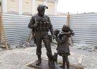 """""""Zielone ludziki"""" na pomnikach. W Symferopolu odsłonięto monument """"uprzejmego człowieka"""""""