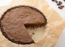 Bezglutenowa tarta czekoladowa z kaszy gryczanej z solonym karmelem daktylowym - ugotuj