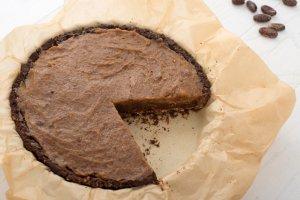 Bezglutenowa tarta czekoladowa z kaszy gryczanej z solonym karmelem daktylowym