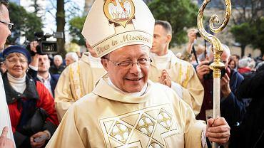 Miłosierny Kościół, który nawraca się i szuka ludzi. Cieszy się wolnością, a nie korzysta z układów. Do takiego Kościoła chcemy należeć - przekonuje łodzian abp Grzegorz Ryś.   Tak długich owacji mury archikatedry dawno nie słyszały, kiedy wśród oklasków wchodził w procesji nowy ordynariusz. Oprócz mnóstwa wiernych uroczystość zgromadziła setki kapłanów, w tym prawie stu biskupów i kardynałów, oraz władze wojewódzkie miejskie i parlamentarzystów.  - To będzie dobra zmiana - uważa poseł Cezary Grabarczyk, którego zapytaliśmy o oczekiwania wobec nowego metropolity łódzkiego.