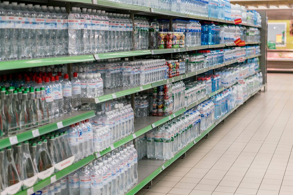 Woda Świetokrzyska i woda Józefowianka wycofane ze sklepów. Powód? Skażenie bakteriami grupy coli