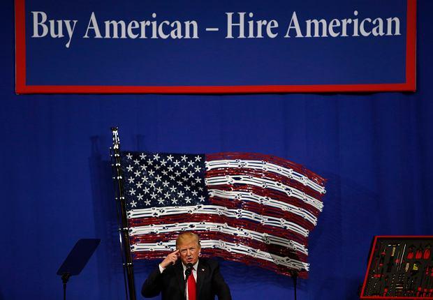 """Donald Trump podpisał nowe rozporządzenie: """"Kupuj amerykańskie i zatrudniaj Amerykanów"""""""