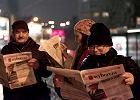 """Umówili się na Facebooku i zaprotestowali... czytając """"Wyborczą"""""""