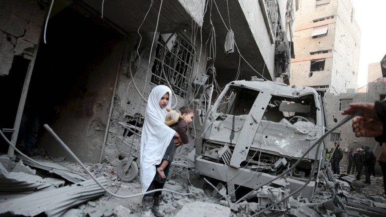 Syryjska dziewczyna wśród ruin