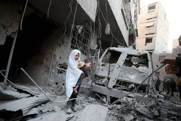 Syryjska dziewczyna w�r�d ruin