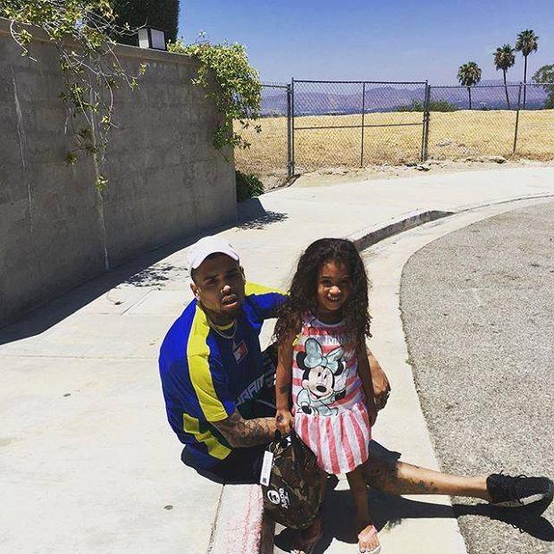 Fantazja znanego rapera nie zna granic. Chris Brown kupił swojej małej córeczce egzotyczne zwierzę. Czy to naprawdę odpowiedni prezent dla dziecka?!
