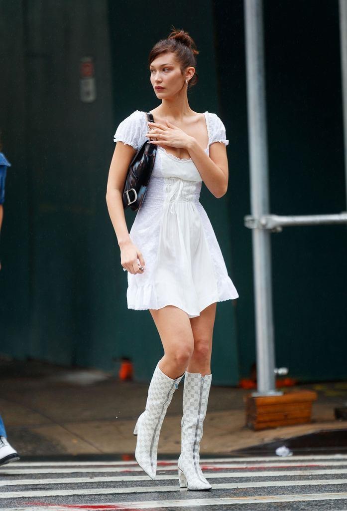 2017 r., 21. urodziny Belli Hadid. Białe kozaki w pełnym rozkwicie