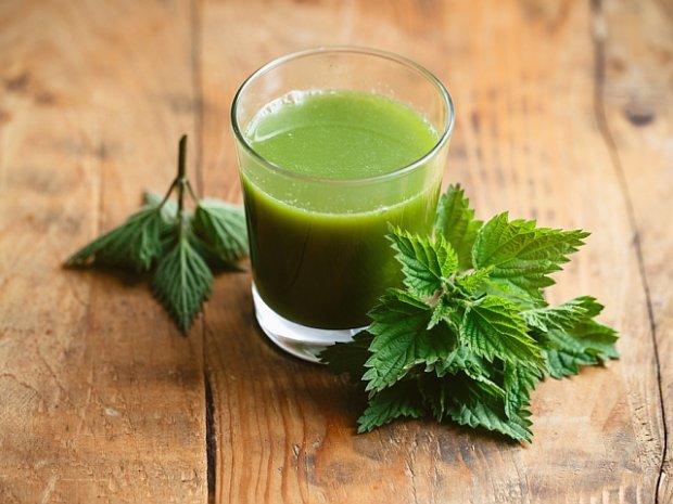 Świeży sok z pokrzywy możemy stosować zarówno wewnętrznie, jak i zewnętrznie.