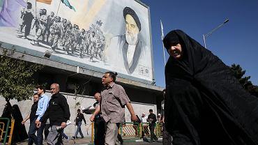 Banner z wizerunkiem ajatollaha Chomeiniego w centrum Teheranu