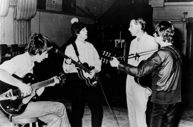 George Martin w studio z zespołem The Beatles