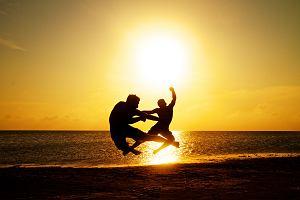 Jak mądrze chronić skórę przed słońcem? Obowiązujące zasady okazały się zawodne