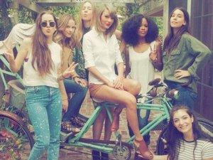 Taylor Swift z przyjaci�kami