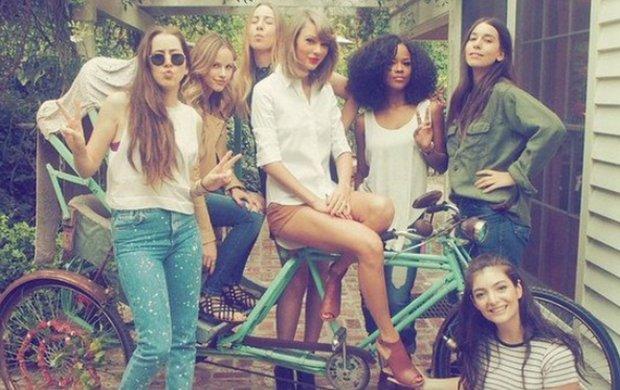 """W środę Taylor Swift zamieściła na swoim Instagramie wiosenne zdjęcie, na którym razem z przyjaciółkami siedzi na rikszy. Wśród koleżanek Taylor możemy zobaczyć znajome twarze: dziewczyny z zespołu Haim oraz Lorde, znaną z wielkiego hitu """"Royals"""". Ale to nie najważniejsze..."""