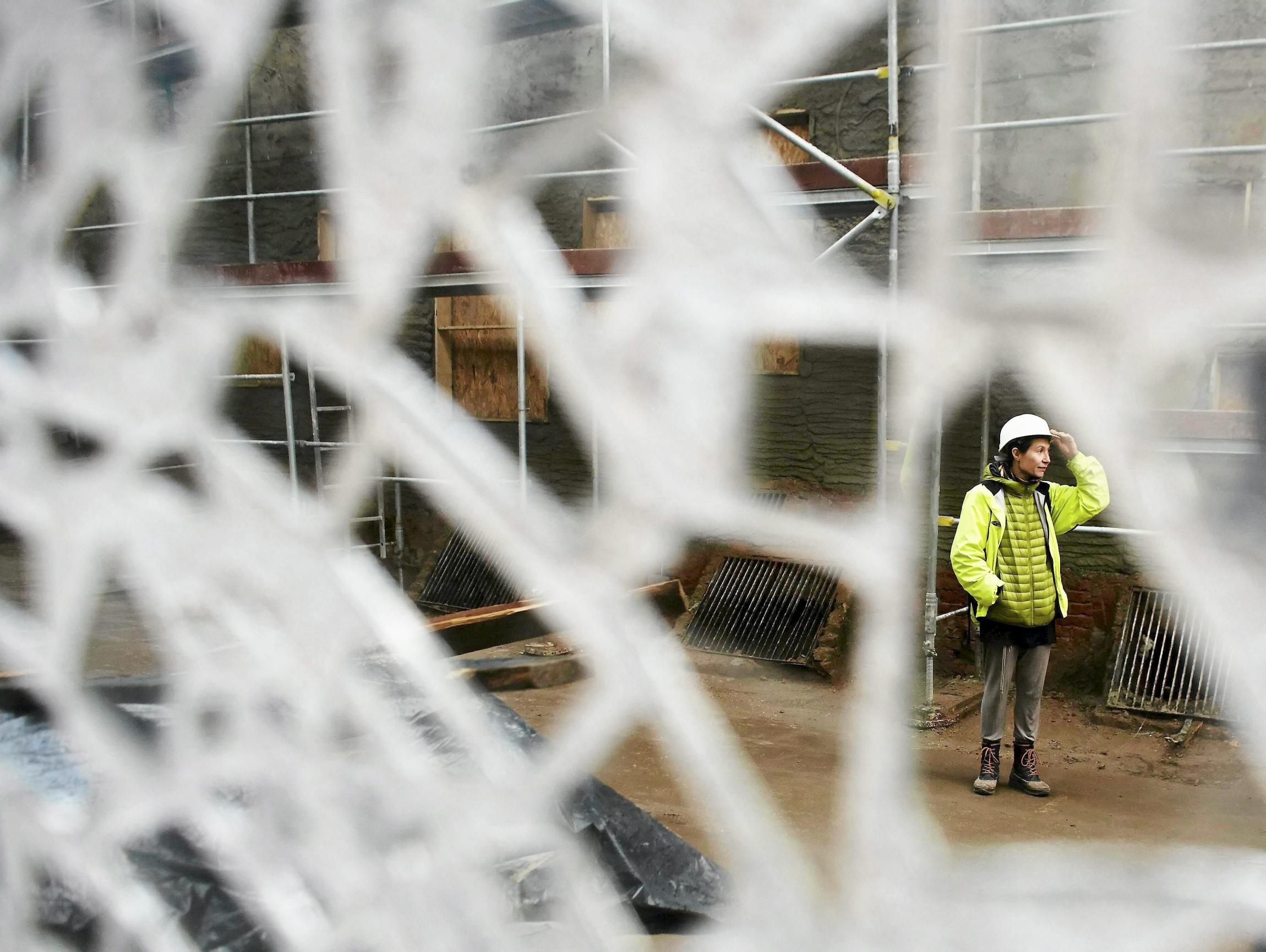 Joanna Rajkowska w czasie prac przy budowie ''Pasażu Róży'' (fot. Marcin Stępień/Agencja Gazeta)