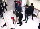 Na szpitalnym korytarzu bi�o go ponad 30 os�b. Zmar�, ale o zab�jstwo oskar�ono tylko trzech m�czyzn