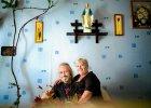 Śluby po polsku: garnitur na kartki, obrączki po znajomości