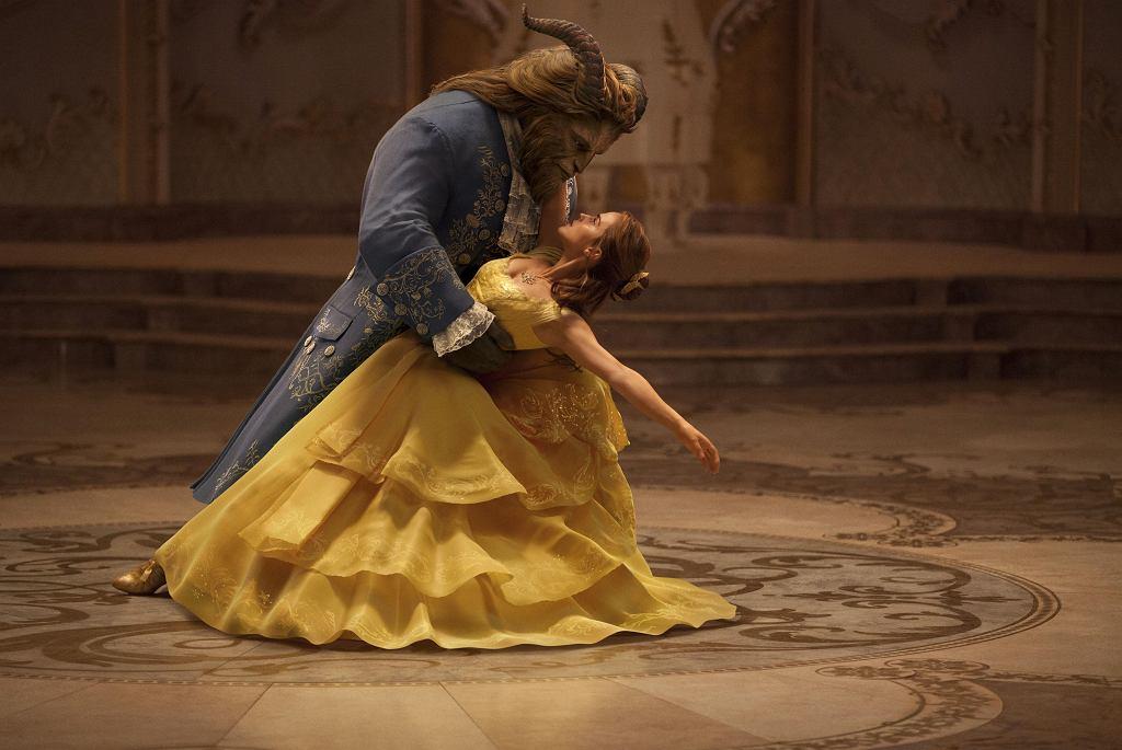 Piękna i Bestia: Emma Watson jako Bella i Dan Stevens jako Bestia. / COURTESY OF DISNEY/materiały prasowe