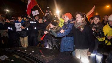Sejm. Demonstranci blokujący wyjazd posłów