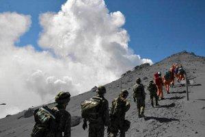 Poszukiwania ofiar wulkanu w Japonii zawieszone. Przez obaw� kolejnej erupcji