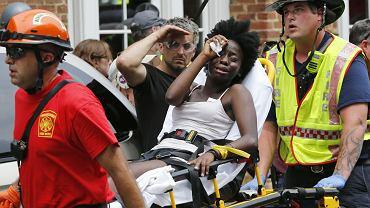 Ratownicy wynoszą kobietę ranną w czasie ataku w Charlottesville w Wirginii. 12 sierpnia 2017 roku członek ruchu białych narodowców staranował tam samochodem tłum, zabijając jedną osobę i raniąc 19.