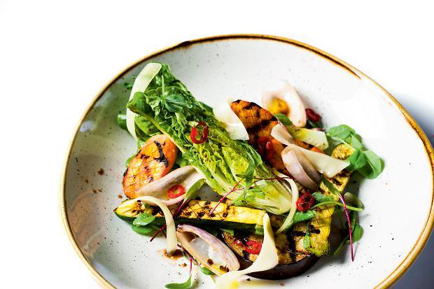 Sałatka z marynowanych warzyw z serem Asiago i ziołami
