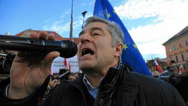 Władysław Frasyniuk podczas demonstracji KOD-u na pl. Solnym we Wrocławiu