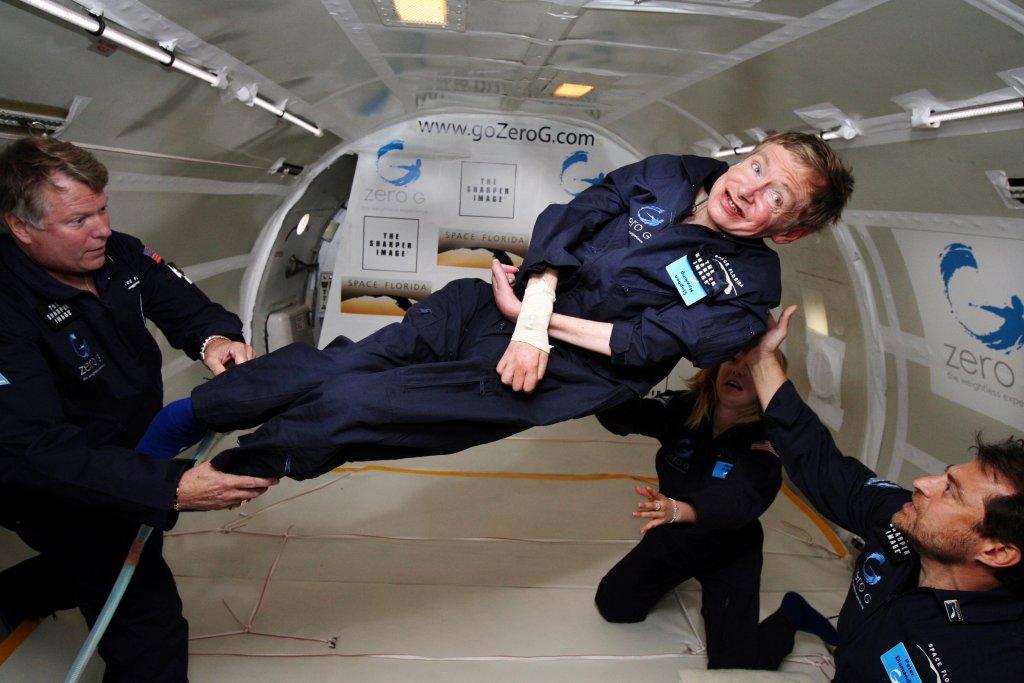 Stephen Hawking w stanie nieważkości w specjalnym samolocie