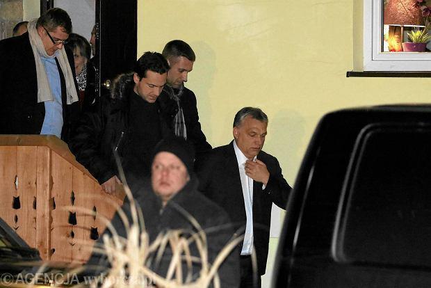 Victor Orban odje�d�a z pensjonatu Zielona Owieczka po spotkaniu z Jaros�awem Kaczy�skim