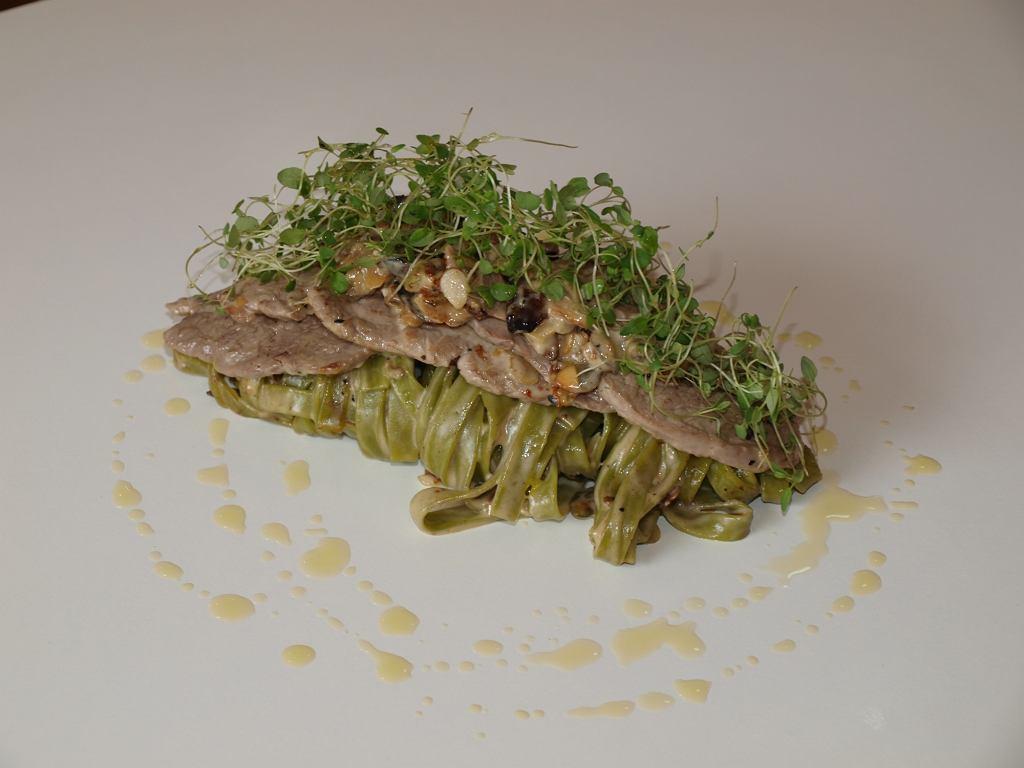 Makaron tagliatelle w sosie z polędwiczkami wieprzowymi i gorgonzolą