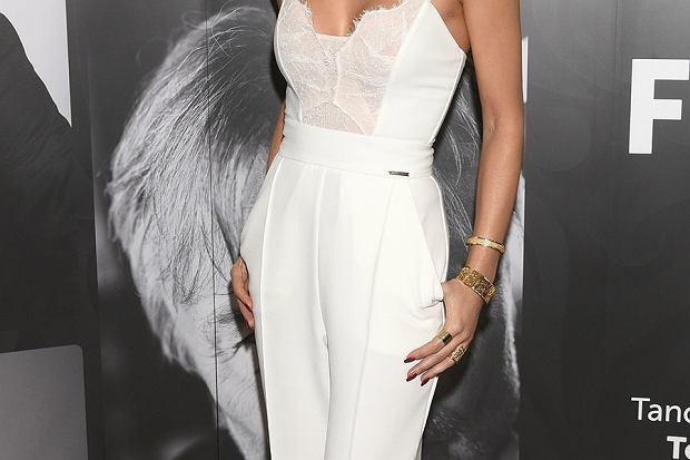 Jak nosić białe ubrania? Zainspiruj się modnymi zestawami gwiazd