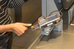 Koniec z zatwierdzaniem płatności PIN-em. Ta karta Mastercard wymaga tylko odcisku palca
