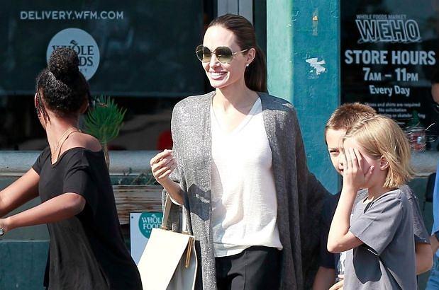 Angelina Jolie wyszła z dziećmi na zakupy, co nie umknęło uwadze fotoreporterów. Aktorka dawno nie wyglądała tak radośnie!