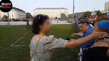 Kobieta uderzała inną osobę, bo ta skandowała 'konstytucja' w czasie uroczystości