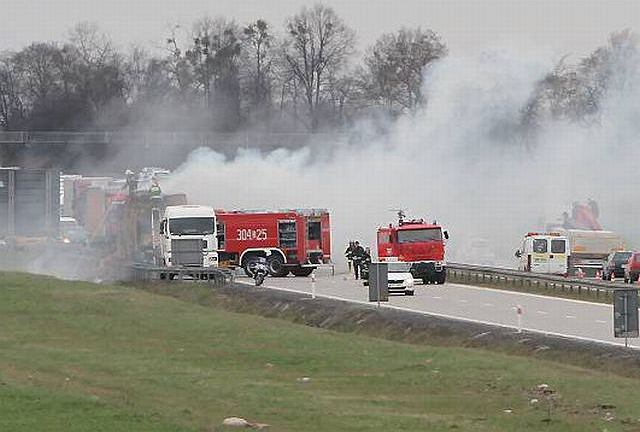 Pożar ciężarówki ze słomą na autostradzie A4