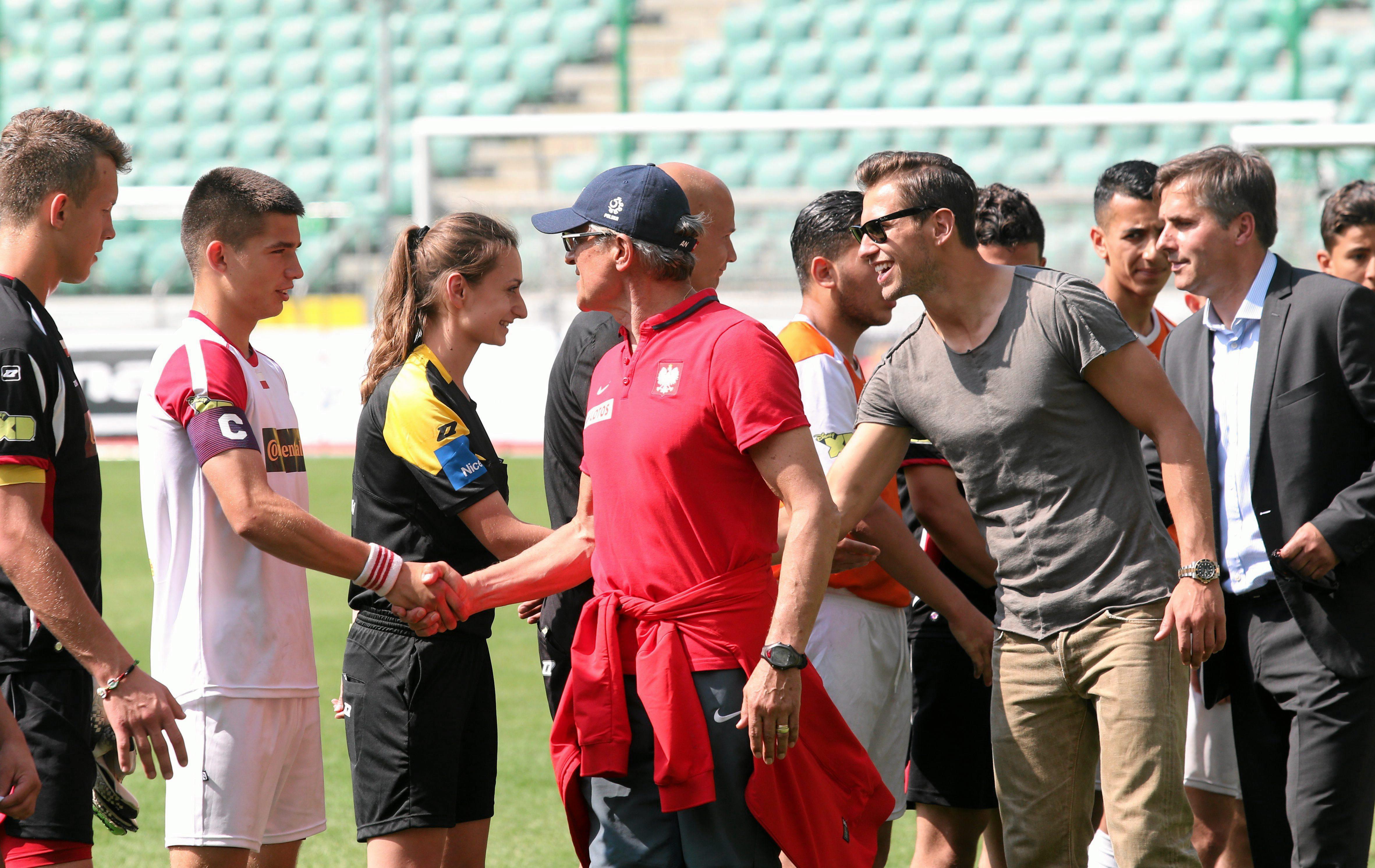 Przed meczem finałowym Mistrzostw Świata Domów Dziecka. Marta Lau wita się z Grzegorzem Krychowiakiem (Fot . Kuba Atys / Agencja Gazeta)