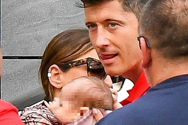 Zdjęcie numer 0 w galerii - Anna Lewandowska odwiedziła męża na zgrupowaniu kadry. Towarzyszyła jej miesięczna Klara