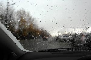 Ulewy w całym kraju, deszcz ze śniegiem i porywisty wiatr. Fatalna prognoza na początek listopada
