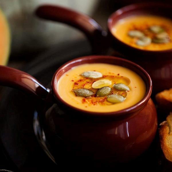 Pełna przypraw, rozgrzewająca zupa dyniowa z pomidorami - w sam raz na listopad
