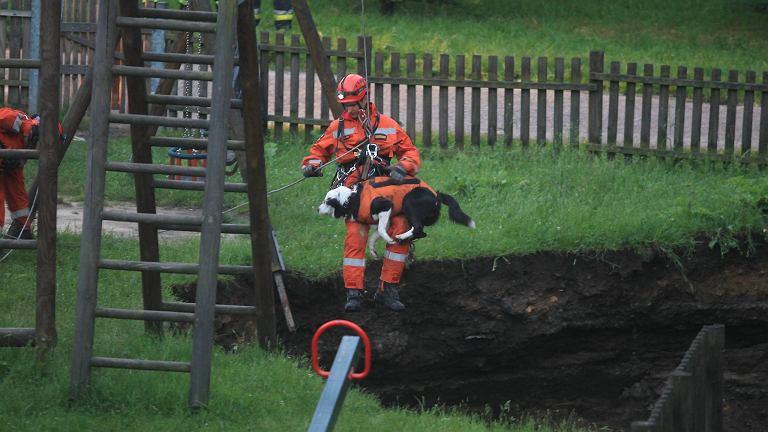 Dziura, która powstała na placu zabaw ma aż 10 m głębokości