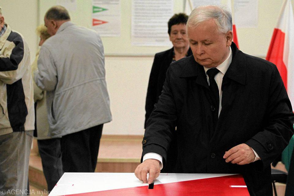 Ul. Siemiradzkiego. Obwodowa Komisja Wyborcza nr 333. Godzina 10.40. Głosuje prezes PiS Jarosław Kaczyński