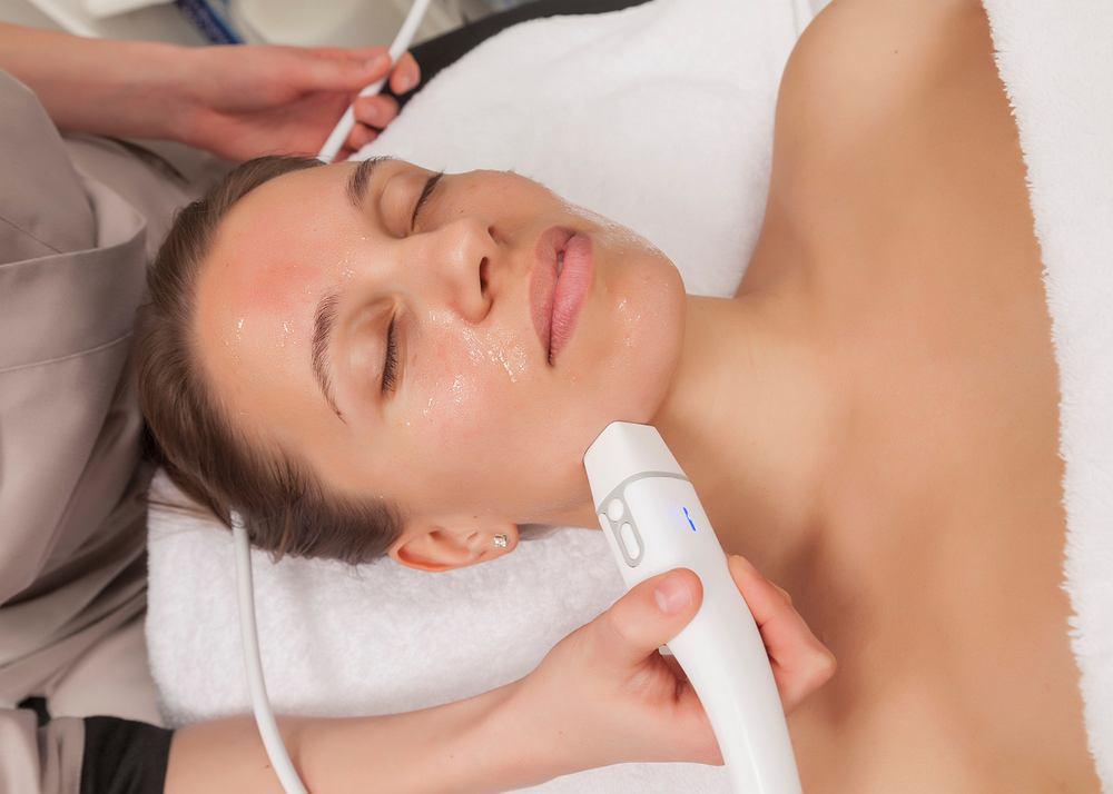 HIFU (ang. High Intensity Focused Ultrasound) polega na stymulacji skóry za pomocą ultradźwięków o wysokiej częstotliwości generowanych przez specjalnie do tego celu zaprojektowane urządzenie