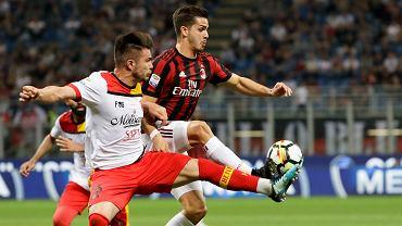 Milan - Benevento, Dorinel Tosca Alin walczy o piłkę z Andre Silvą