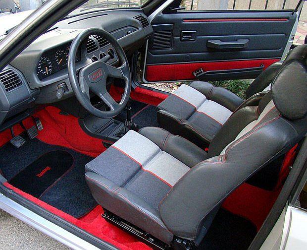 Czerwone dywany, sportowe fotele i trójramienna kierownica to cechy szczególne 205 GTi