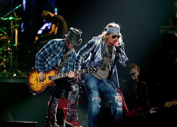 Kontuzjowany ostatnio wokalista Guns N' Roses występuje w gipsie i pożycza... tron.