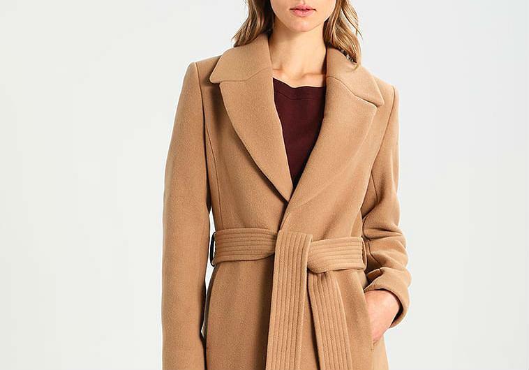 0586c8082eb79 Brązowy płaszcz - nieśmiertelny klasyk w damskiej garderobie