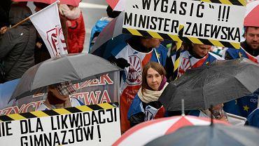 Protest nauczycieli w Olsztynie przeciwko reformie oświaty minister Anny Zalewskiej z PiS